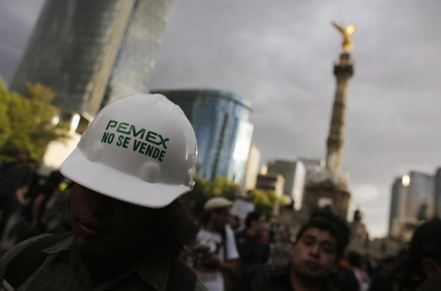 A march by Pemex workers against opening the company to private investment.