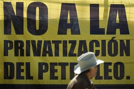 A sign at a rally against Enrique Peña Nieto's plan for Pemex reform.