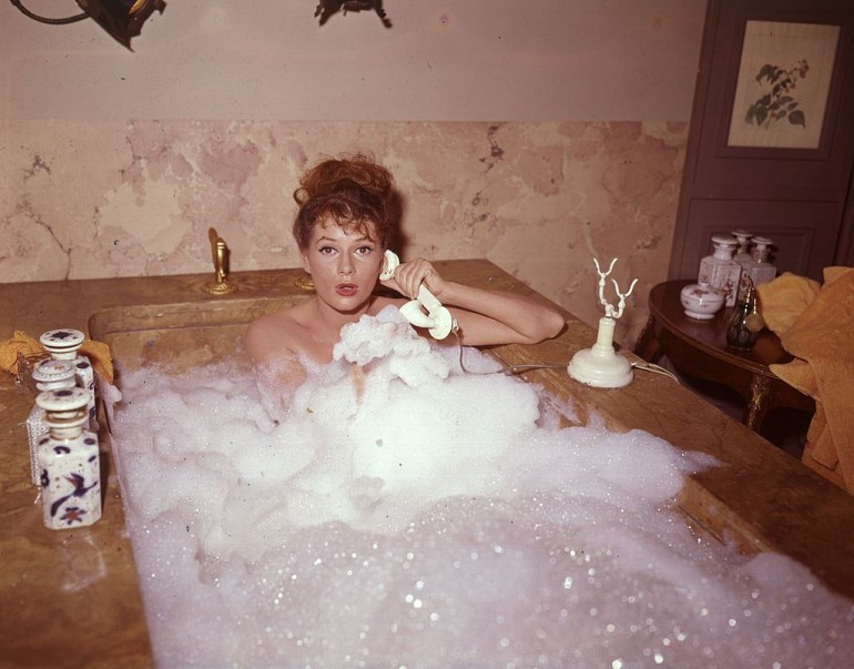 photos of girls using the bathroom № 19750