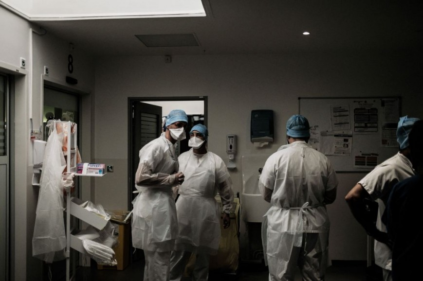 Nurses and doctors work in the Covid-19 ICU in France