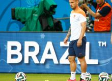 Netherlands' Wesley Sneijder (C) attends a practice session at the Arena Fonte Nova stadium