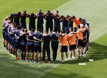 Colombia's national soccer team players prays